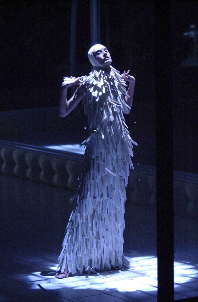 12.-Razor-clam-shells-dress-Voss-SS-2001.-Model-Erin-O-Connor.-Image-firstVIEW-671x1024
